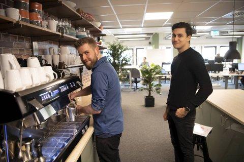 Håkon Råen (til v.) og Mikail Andreassen hadde full klaff. Et drøyt halvår etter at de fullførte datakurset er begge i full jobb som utviklere hos Tidsbanken AS på Fjøsanger, som har egen kaffebar i fellesområdet.