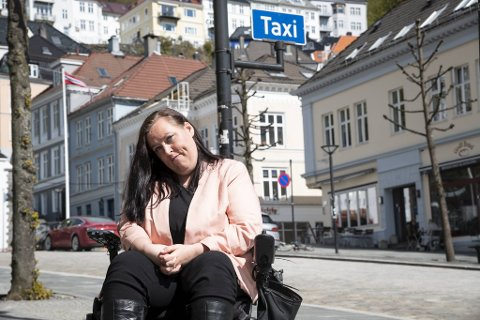 Guri Anne endte opp med å ta inn på hotell natt til fredag da hun ikke fikk tak i en taxi som kunne frakte rullestol.
