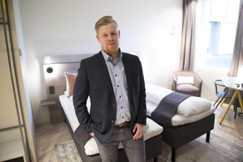 – Timingen virker kanskje litt rar, men å være hotelldirektør krever 100 prosent motivasjon og dedikasjon. Jeg føler det nå er riktig å ta steget videre, sier Erlend Fardal Lunde. Her under åpningen i 2017.