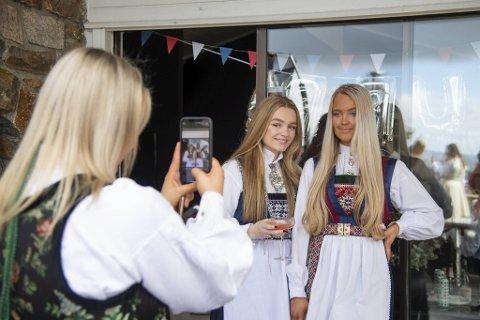 Lara Conway (t.v.) og Nora Marie Theodorsen stiller seg opp til de obligatoriske fotoshootsene på nasjonaldagen.