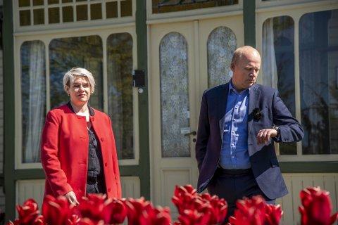Styreleder for Kode, Marte Mjøs Persen og direktør Petter Snare på Troldhaugen tirsdag. Der fortalte de om krisen Kode nå står midt oppe i.