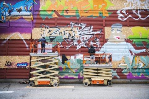 Ved hjelp av lifter og et kobbel kunstnere dekoreres en falleferdig vegg i Fyllingsdalen. Bla i bildekarusellen for å se flere bilder.