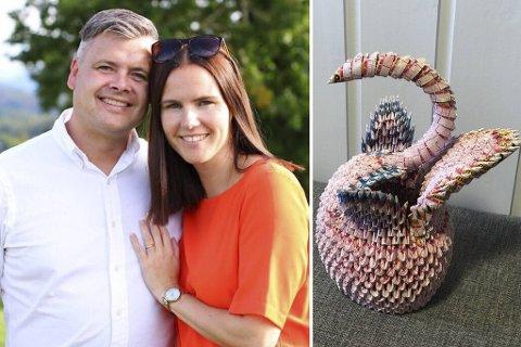 Ekteparet Roger (40) og Birthe (41) Mjelde i Åsane har nå gitt bort papirsvanen de har eid de siste ti årene.