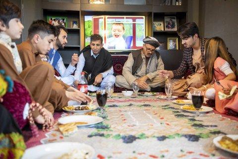Osman (6, f.v.), Erfanullah (13), Eaztullah (31), Samiuallah (38), Assadullah (66), Hakim (30) og Aisha (7) koser seg sammen på fastebrytingens dag.