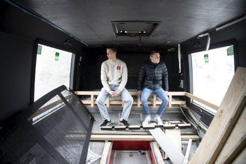 Ole Kvalsvik (til venstre) og Mats Haugen Farestveit ser litt lettere på russetiden etter at de satte i gang en Spleis.