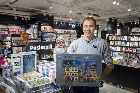 Butikksjef Terje Næss på Norli selger pallevis av puslespill. Dette har 18.000 brikker og dekker fem kvadratmeter.