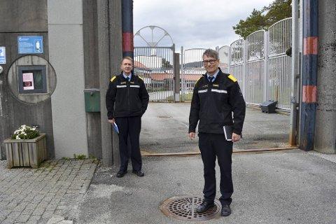 Nestleder i Bergen Fengsel Ivar Jensen og fengelsleder Harald Åsaune har åpnet for at de innsatte kan få besøk.