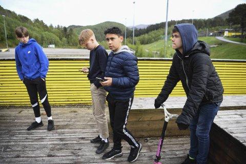 Leander (14, f.v.), Adrian (13), Abdal (13) og Marius (13) har sett ungdomsmiljøet på Flaktveit hardne til. Spesielt det siste året.