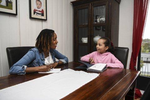 Sånn som dette satt de for noen måneder siden: Francine Mbanza Jensen og den syv år gamle datteren Tarissia Jolie diskuterte og pratet om koronasituasjonen.