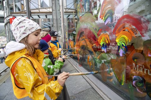 Med hver sin pensel, og alle regnbuens farger, gikk de løs på vinduene med maling.