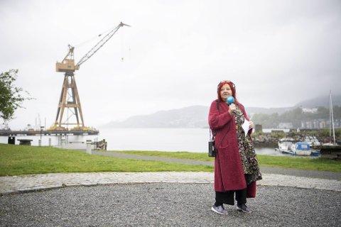 Siv Fossåskaret sender direkte på NRK bare noen meter fra der hun bor. Under koronakrisen har hun sendt direkte fra kjøkkenet. Neste uke bærer det tilbake til medielandsbyen.