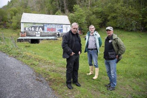 Kurt Oddekalv, Ingvald Andreas Rødberg og Roald Kvamme er temmelig fornøyd med verket.