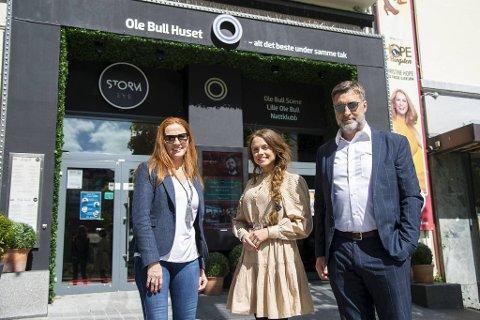 Sølvi Rolland er rørt over støtten til Ole Bull Huset. Lykke Kristine Moen og Tom Georg Olsen er to av initiativtakerne til innsamlingsaksjoner for å redde underholdningshuset.