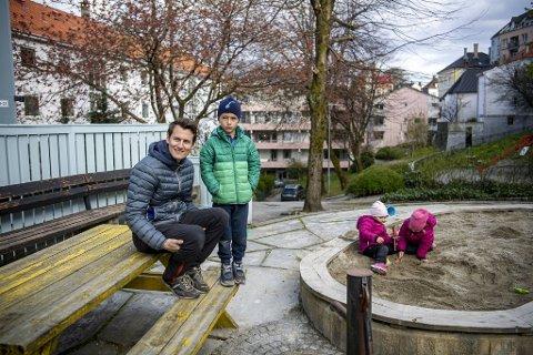 Chris-Petter Haukedal (36) med  sønnen Phillip (6) og tvillingene Christine (3) og Benedicte (3) på lekeplassen i Nordnesveien. De har byttet ut treetasjes funkishus i Fana, med leilighet på Nordnes.