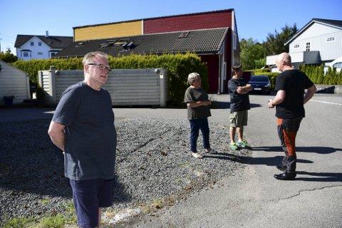 Naboene, Magnar Haug (foran), Tover Davanger, Tommy Lilleheil og Sveinung Iversen, på Brattholmen er sjokkerte etter at de fikk vite at en i nabolaget er drept.