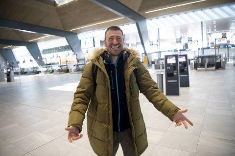 Vasile Ruso har sittet koronafast i Norge i to måneder og er glad for at han snart skal få se sin kone igjen. Mandag formiddag var han en av svært få flypassasjerer på Bergen lufthavn Flesland.