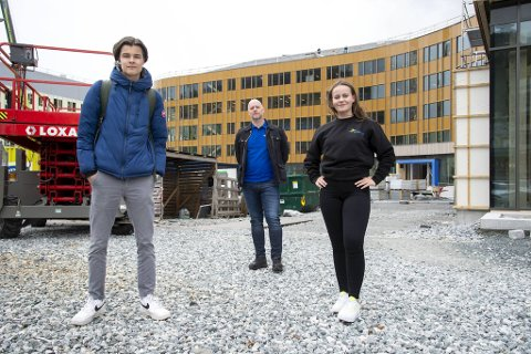 Fra venstre: Jens Hagen (18), Tore Lillefosse og Victoria Bjørge (18). For elevene starter 2,5 år i lære som elektriker etter sommeren.