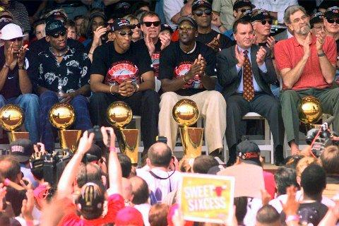 Chicago Bulls vant tittelen i 1997/98, før alle spillerne forsvant. Her ser vi Ron Harper (med hvit caps), Dennis Rodman, Scottie Pippen, Michael Jordan, ordfører Richard Daley og trener Phil Jackson under paraden. Foto: Beth A. Keiser