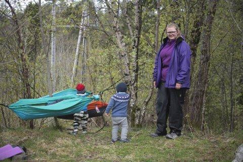 Oda Emilie Haugland er i ferd med å legge to småttiser fra Sandalsbotn barnehage.