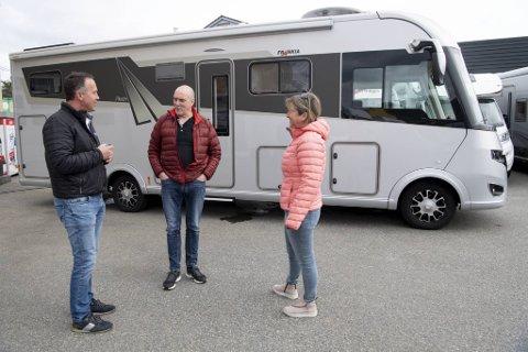 Svein Ulvatn i Profi-Camper Norge (t.v.) har hjulpet Knut Svante Hjelmtveit og Torunn Hjelmtveit med å selge bobilen deres. – Nå skal vi ha litt pause, men vi kjøper nok bobil igjen, sier Hjelmtveit.