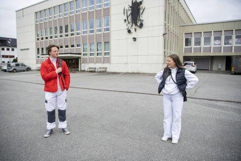 Leon Krog Vignal (16) og klassevenninne Malin Knudsen (15) reagerer på at skolene  åpner for fullt neste uke.