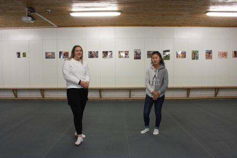 Tuva Haugland (17) og Camilla Lavik Knutsen (18) vant pris for innsatsen de la inn i regnskapet til ungdomsbedriften.