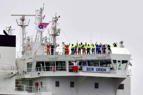 Mannskapet på kjemikalietankskipet Bow Orion vinker til skuelystne på vei inn Fensfjorden til Mongstad.