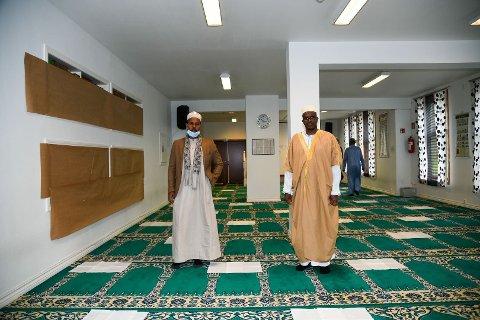Styremedlem Ismael Moallim (f.v.) og imam AbdiLadif Abdilahi Ahmed kunne fredag igjen invitere til felles fredagsbønn i Bergen moske.