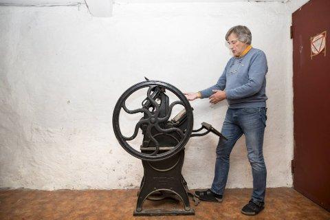 Denne fotdrevne trykkpressen er fra 1891                                    og laget i USA. I nattetimene under krigen ble den brukt til å produsere illegale aviser i Hollendergaten. Jo Gjerstad viser frem klenodiet som står i kjelleren i Bodoni-huset.