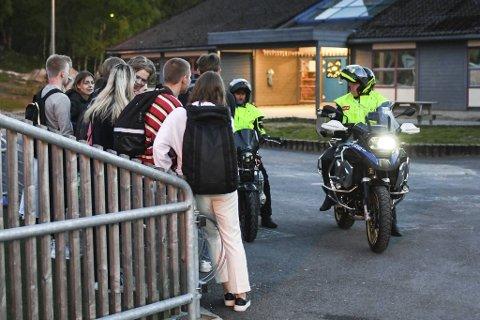 MC-ravnene i prat med ungdommene på Mjølkeråen skole. - Hvem av dere har den   dyreste motorsykkelen, lurer en av dem på.