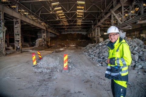 Terje Norevik i Envir Jord as damper jord for å drepe uønskete arter. De har investert mange millioner i en prototype i Simonsviken Næringspark og er nå klar for å bygge permanent jorforbedringsanlegg der.