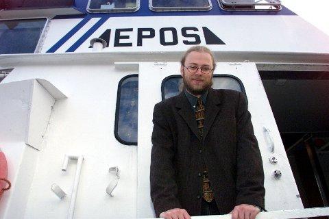 Her er bibliotekar Thomas Brevik på bokbåten Epos tilbake i 1999. Denne uken ble det vedtatt at båten skal legges ned.