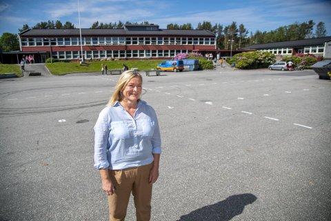 Rektor Eli Fjelstad ved Åstveit skole håper de kan gjennomføre vitnemålsutdelingen ute med foreldre til stede.