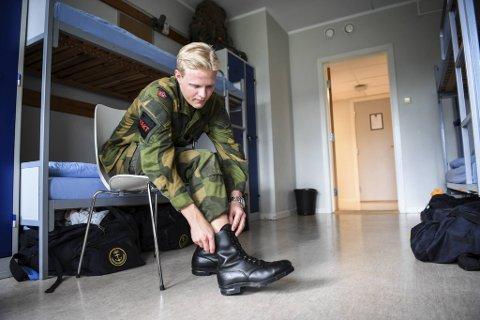 Vaktsoldat Petter Sandvik (19) fikk ikke forlate Haakonsvern under koronakrisen. Nå er vaktstyrken de eneste vernepliktige som ikke har full bevegelsesfrihet på basen. – Det var tungt mens det sto på som verst, men nå har vi fått fem ekstra permisjondager, sier Sandvik.