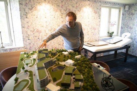 Christian Foss foran en modell av utbyggingen på Skjoldnes, som han har jobbet med siden 2008.