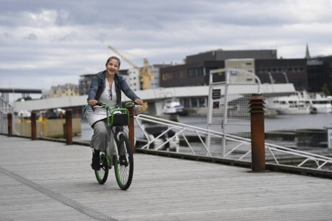 Grethe Melby bruker ofte bysykkel til jobb og foretrekker lav fart. Her sykler hun langs bryggen i Damsgårdssundet. Nesten halvparten av bergenserne synes det er utrygt å sykle i sentrum.