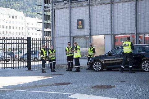 Både tollere og politiet var på plass da Stavangerfjord ankom fra Hirtshals for første gang på tre måneder.