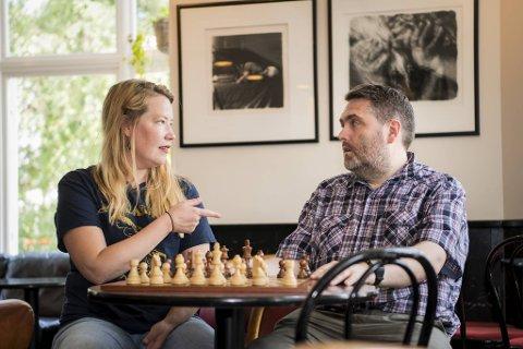 Maria Eriksen og Ole Valaker inviterer til spillfestival også i sommer. Sjakkbrettet de har med seg er signert av fire verdensmestre: Anatolij Karpov, Vladimir Kramnik, Viswanathan Anand og Magnus Carlsen.
