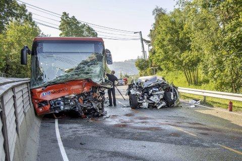 Det var store skader på begge kjøretøy etter ulykken i Steinsvikvegen. 19 år gamle Tobias Bøe Foss døde to dager senere på Haukeland sykehus.