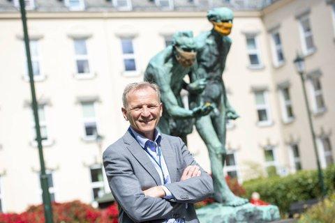Sykehusdirektør Eivind Hansen er glad for at sykefraværet blant hans 13.000 ansatte er lavere enn på lenge.