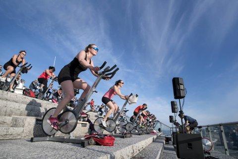 Det rapporteres om gåsehudstemning da 50 spinningsyklister møttes igjen til utendørstrening på Fløyen etter lang tid borte fra treningssenteret