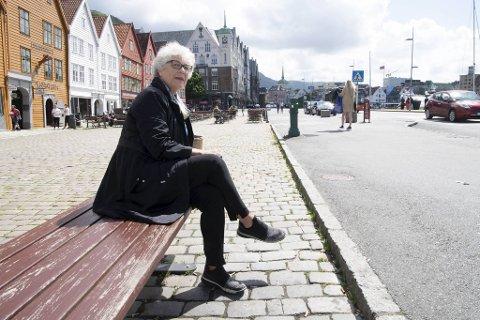 I årevis har Bodil Røvik-Larsen bodd og arbeidet i Bergen sentrum. Hun er bevisst på å handle i sentrumsbutikker og mener det er fullt mulig å fortsette med, selv om Bryggen blir stengt for biler.