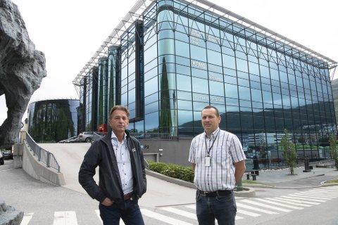 Erik Lie og Egil Landsvik hos Rasmussen Eiendom, er frustrert over at noen driver og skyter på bygningene deres på Minde.