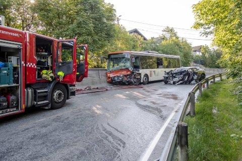 Både føreren av bussen og personbilen omkom etter frontkollisjonen i Steinsvikvegen i forrige uke.