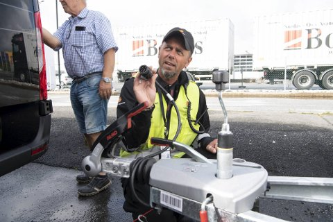 John Kåre Larsen ber folk sjekke den tekniske tilstanden. – Også ledningen på hengerfestet bør undersøkes.