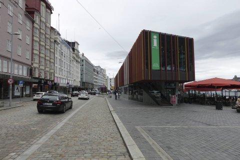 Turistinformasjonen holder til i samme bygg som Fisketorget i Bergen sentrum. Pågangen i år blir mindre enn vanligvis, men avdelingslederen mener tilbudet er viktig også denne sommeren.
