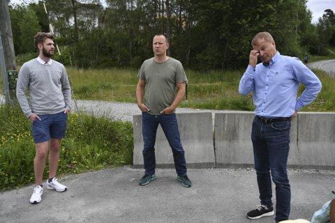 Aleksander Lie Alvær (t.v.), Kjetil Hernes og Reidar Helland er blant dem som har klaget på at kommunens boligplaner på Petedalsmyra.