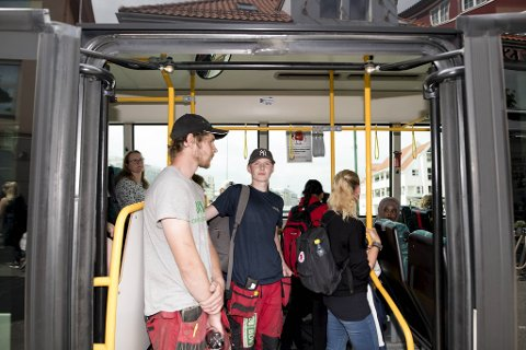 Steffen Waage og Christopher Huus fikk plass på bussen til Flaktveit, men måtte stå tett med andre passasjerer.