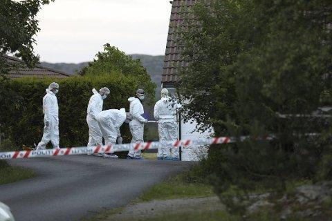 En mann ble pågrepet og siktet for drapet på sine foreldre på Kolltveit 27. juni 2019.