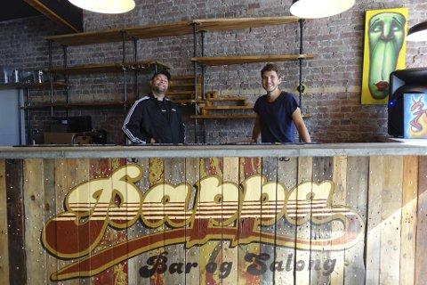Bergens nye utested heter Pappa og åpner ved månedsskiftet til juli. Bak baren står Bjarne Nordlund og Julian Holde Stoutland.